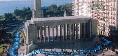 Embanderando el monumento